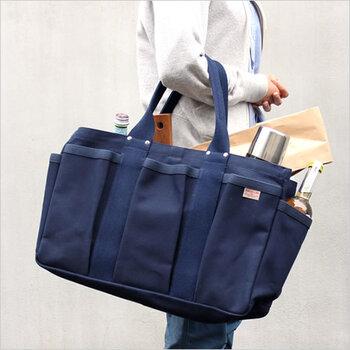 収納力抜群のトートバッグ。純綿100%なので、使いこむほどに風合いの変化が楽しめます。外側・内側ともにポケットがついているので、普段のお買い物、旅行やキャンプでも大活躍。重たいものをたっぷり収納しても頼もしいタフさも見逃せません。