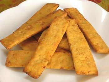 酒粕をたっぷり使いたい!という方には、小麦粉の半量の酒粕を入れるクッキーがおすすめ。バターや黒糖の風味も加わり、食べだしたら止まらなくなる美味しさです。