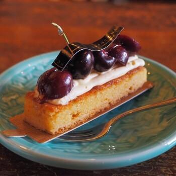 モンブランやショートケーキ、チョコレートケーキなどケーキの種類も充実。ケーキが提供されるお皿もアンティーク感がありとても素敵です。