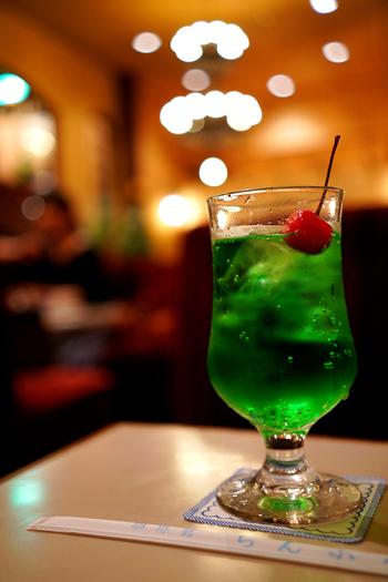綺麗なエメラルドグリーンのソーダ水は、この昭和レトロな雰囲気にぴったりです◎