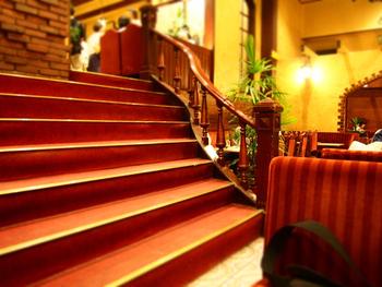 1階が20席は、地下に200席と大変広々とした喫茶店です。重厚感のある階段やアンティークな家具がレトロ感をアップさせています。