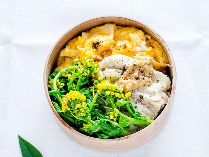 春になったらぜひ試して欲しいレシピです。菜の花の部分を季節の青菜に置き換えれば1年中楽しめるでしょう。菜の花はお浸しで、卵はふんわりオムレツでもスクランブルエッグでもOK。おかずの下には、ご飯の代わりにキャベツのソテーがたっぷり詰まっています♪