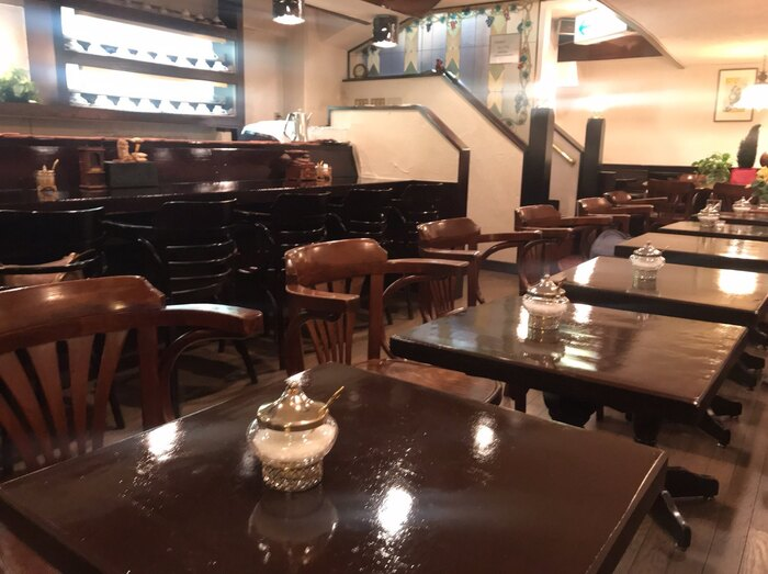 白を基調にダークブランの家具が重厚感を出し、落ち着いた照明が更に雰囲気良く過ごせる空間に作り上げています。ところどころにアンティーク感溢れる雑貨が置いてあります。清潔感があり、女性でも入りやすい喫茶店です。