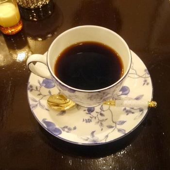 提供されるカップはどれも素敵なものばかり。棚にはたくさんのカップが並べられており、マスターがお客さんの雰囲気を見て選んでくれます。コーヒーはペーパードリップで1杯1杯丁寧に抽出してくれます。