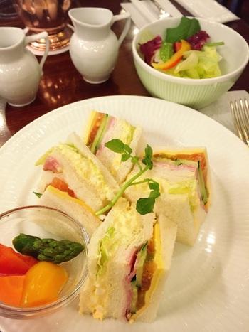 しっかりとしたお食事をいただけるのも、椿屋珈琲店の魅力です。自社工房製の食パンを使ったサンドイッチはランチにも軽食にもおすすめです。