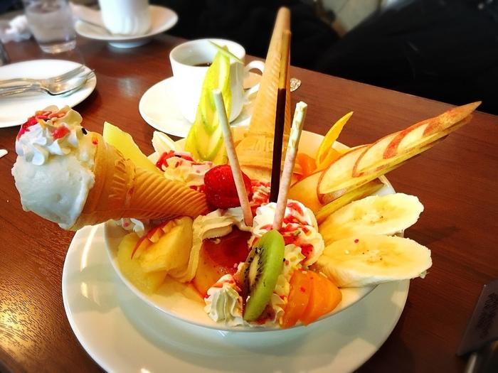 パフェと並んで人気のデザートが「プリンアラモード」です。プリンが見えない程フルーツや生クリームたっぷり!アイスクリームはコーン付きで刺さっています。どこから手を付けようか迷ってしまう程ですね。