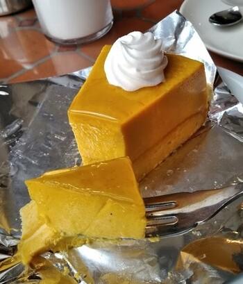 お得なケーキセットが一番人気です。ケーキの種類はかなりたくさんあるので、どれにしようか迷ってしまいますよ。素朴な甘さのかぼちゃのプリンは女性に人気ですよ。