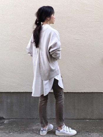 たっぷりとしたシルエットのシャツやブラウスをニットの中に仕込めば、大きなスリットがスタイルアップ効果につながり、女性らしいコーデに。