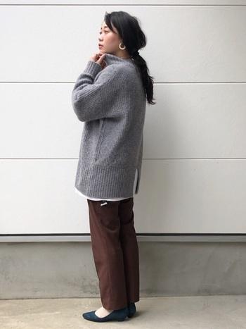 バックスタイルにスリットの入ったニットはお尻がすっぽり隠れるロング丈。それよりも少しだけ長いカットソーを、スリットと裾から覗かせて絶妙なバランス感を楽しみましょう。