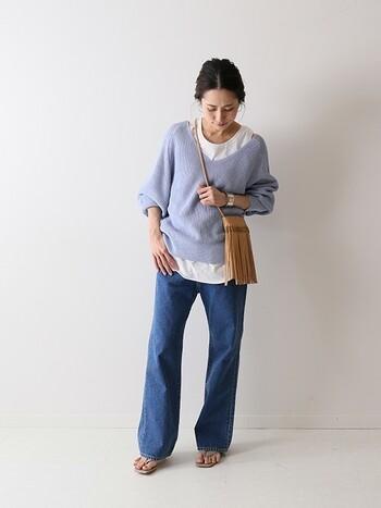 春らしい寒色ニットは、カジュアルにデニムと合わせて。シンプルなコーデこそニット+カットソーの着こなしのお洒落さが際立ちます。