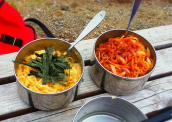 シェラカップで具材を炒めて、ゆでた中華麺を使います。お湯で麺をゆでる必要がないので簡単。ナポリタンなど、パスタ風の味付けで楽しめます。