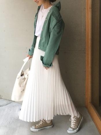 まるでキャンバスのように真っ白なプリーツスカート。トップスに白Tシャツを合わせて、スカートの美しさを引き立てましょう。差し色にグリーンのジャケットを羽織れば春色コーデの完成です。