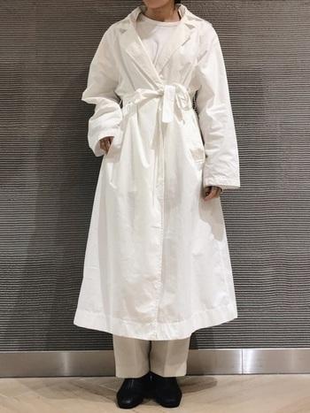 ロング丈のスプリングコートは着るだけで爽やかさ全開!コートを主役に、カットソー、パンツなども白で統一して引き立てましょう。ワンランク上のワントーンコーデのできあがり♪