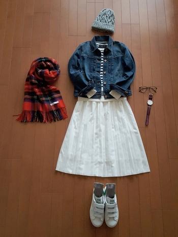 デニムジャケットに白のプリーツスカートを合わせた定番の春コーデ。ちょっと寒さが心配なら、チェックのストールが防寒&いいアクセントになってくれますよ♪