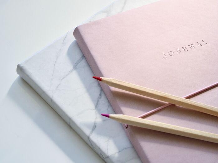 読み返すノートはきれいに書き残したいけれど、最初からきれいに書こうとすると、「書く」ことへのハードルが上がってしまい続かないことも。下書き用と清書用の2冊を用意しておけば、書く習慣が身につきやすく、きれいに書き残せて一石二鳥。下書き用にするのはノートに限らず、大きめのふせんやメモでもOKです。