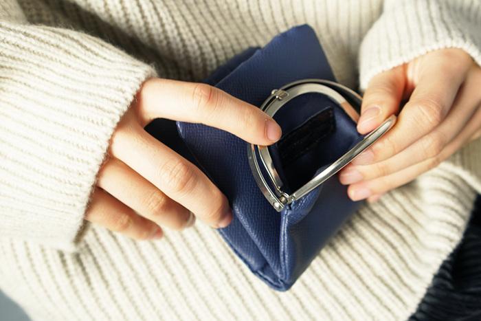 バッグに合わせてアイテムもミニサイズにチェンジ。長財布は折りたたみ財布に、鍵はキーケースから外すなどしてみるほか、メイク道具も色づきリップをチーク代わりにしてみたり、香水はミニボトルに詰め替えるなど、ほんのひと工夫で簡単にかさばりを抑えられます。