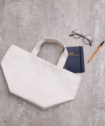 小さめバッグをすっきりと整理するポイントは、荷物を減らすこと。あれもいるかも、これもいるかも…とどんどん荷物が増えてはいませんか。基本的に「いるかも」は「いらないもの」と考えて、必要最低限を選ぶようにしましょう。