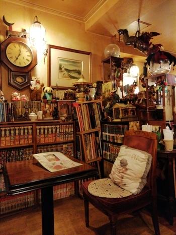 新宿三丁目駅から5分の場所にある「カフェアルル」。1978年から営業している純喫茶です。店内は、アンティーク家具が所狭しと並んでいて、たくさんの本が置いてあるのが特徴的。異世界のような空間を、2匹の猫がゆったりと気ままに歩きまわります。