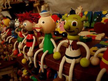 中央ヨーロッパの小さな国・チェコの雑貨たちは、どこかユーモラス。昔から人形劇が盛んに上演されていたチェコには、操り人形や木製の雑貨がたくさん!