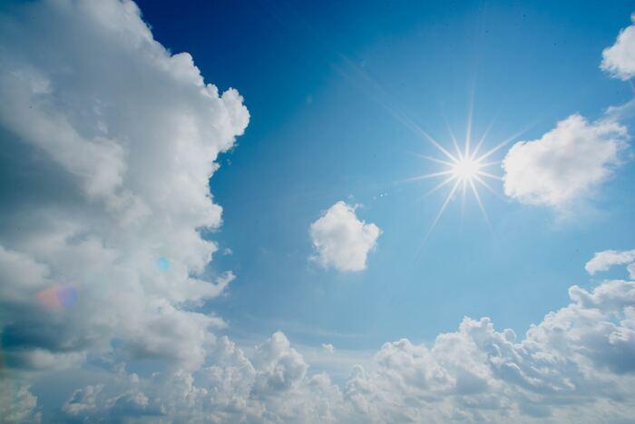 気温が暑いときや運動をした後など、上がってしまった体温を下げるためにかくのが温熱性の汗。手のひらや足裏以外の身体のすべてにかく汗で、特に激しく身体を動かしたときには1時間で2Lもの量になることも。