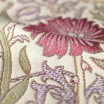 光沢のある糸で立体的に織り上げ、コットンのようなナチュラルな風合いに仕上げています。カラーはイエローとローズの2色展開で、防炎・ウォッシャブル機能付きです。バラとカーネーションを組み合わせた華やかな絵柄が、お部屋をエレガントな雰囲気に演出してくれます。