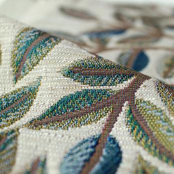 ゴブラン織りの手法を参考につくられた生地は、立体的な美しい絵柄が特徴です。花々と愛らしい鳥に囲まれた木のデザインが、窓辺を明るく華やかに彩ります。