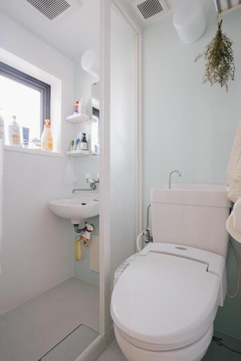 初めての一人暮らしの場合、こだわる人が多いのが「バス・トイレ別」であること。この条件さえ外せば、希望通りのお部屋が見つかる場合も多いのです。特に一人暮らし用の物件の場合、バス・トイレは別だけど脱衣所がないお部屋も多いもの。友達が泊まりに来たとき困ったり、冬場は寒い、玄関のドアスコープから見られる可能性があるなど、さまざまなデメリットが存在します。その点、バストイレ一緒のタイプは着替えるスペースがある、掃除が楽、部屋が広い、などのメリットも。希望のお部屋が見つからないときは、一度バス・トイレ別の条件を外して探してみることをおすすめします。