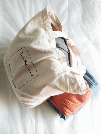 お部屋を出るときに見つけた忘れ物や掃除道具など、急に荷物が増えたときにも対応できるバッグが1枚あると安心です。大きめサイズの畳めるもの、たくさん荷物を入れても破れにくい、丈夫なものを用意しておくといいですね。