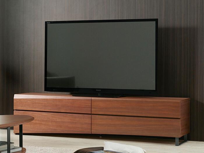 テレビ本体よりもサイズに余裕があり、ダークトーンのボードを選ぶと洗練された雰囲気がアップします。中の見えない収納付きなら、生活感が出やすいDVDなどもすっきり片付きモダンなスタイリッシュさを演出できます。