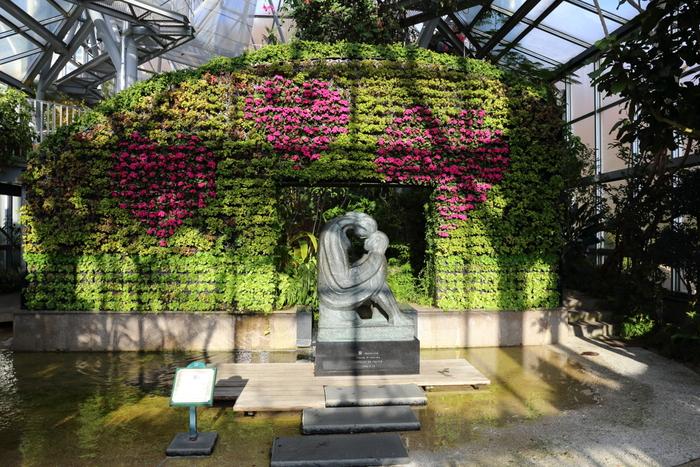 またグラスハウスでは、花々と緑の植物で装飾された壁面花壇もあり、その美しい風景で訪れる人々を魅了してくれます。