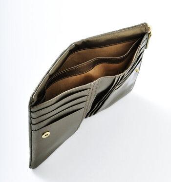 スナップボタンを開くと、2つに仕切られたお札入れや大容量のカードホルダーなど、使い勝手がよくスマートな印象。サイドのファスナー部分は小銭入れになっていて、内側ポケット付きで便利です。