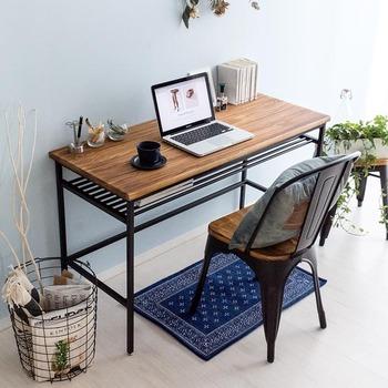 統一感のある部屋作りを目指すなら、デスクとチェアのセットコーデができる家具を選ぶと失敗しにくくなります。クールな表情のデスク周りで、キリッと仕事も捗りそうですね。
