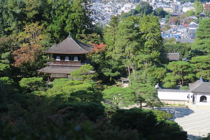 銀閣寺の観音殿は、木がむき出しのままとなっているため、一見質素に見えますが、素朴な美しさと詫び寂びの趣を感じることができます。また、規模が小さいながらも美しい日本庭園、詫び寂びの趣が漂う銀閣寺、背後に迫る東山が織りなす風景を眺めていると、まるで水墨画の中に入り込んだかのような気分を味わうことができます。