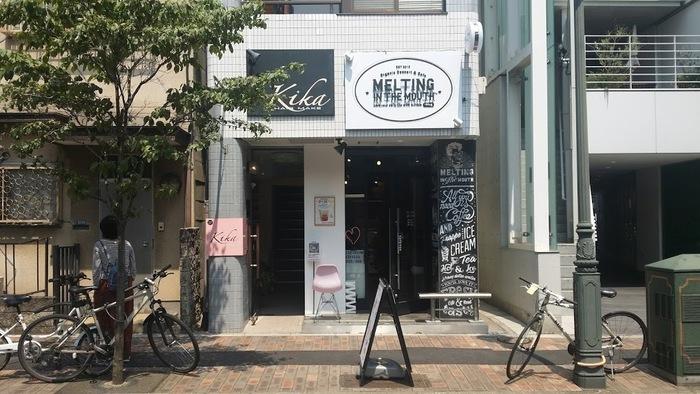 こちらも広尾駅から徒歩4分のカフェ。英字が並ぶロックな外観はインパクトがありますね。