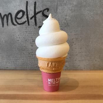 メインメニューはソフトクリームです。作り物みたいな完璧なフォルムは、思わず写真を取りたくなりますね。味はミルクが濃厚で、すっきりとした甘さ。シンプルなので素材の美味しさを楽しめます。