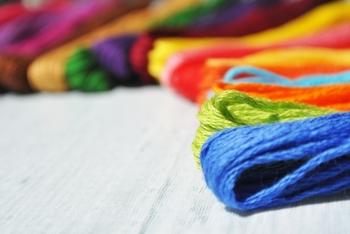 刺し子糸や刺し子クロスは単品で購入できるほか、必要な材料が1つにまとめられています。購入したその日から作れるキットも揃っています。