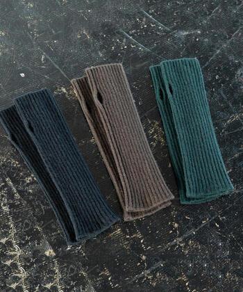 アーム部分が長いフィンガーレス手袋は、クシュクシュとしたルーズ感を出すと可愛いですよ。手首からの寒さも逃げにくく、指先が出ていても、温かさが抜群です。