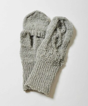 ミトンの手袋は、子供っぽいイメージもありますが、ボーイズな着こなしの時に合わせると、遊び心のあるスタイルに仕上がります。手編みのような素朴な風合いが素敵ですね。