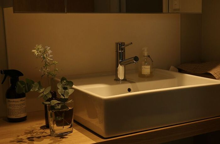 天井に直付けした全体照明は昼白色の明るい光でも、洗面台周りの照明だけは時間帯や好みによって光の色を調節できると良いですね。光を使い分けることも、心地良い空間づくりには欠かせないアイデアです。