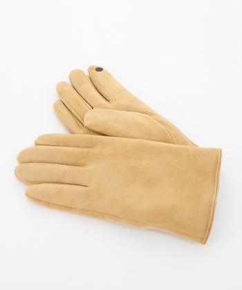質感を楽しむスウェードのグローブ手袋。シンプルなデザインなので、トレンドに流されることなく、飽きずに長く使えます。また、人差し指には電導糸がついておりタッチパネルの操作ができるのも◎