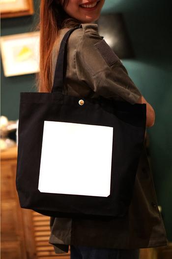 シンプルなポケットが主役になっているかっこいいデザインのバッグですね。 個性的ですが、モノトーンなので大人も使いやすいです。