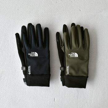 防水透湿性素材のゴアテックスを使用したザノースフェイスの手袋は、登山でも使われる高機能が魅力です。メンズライクなデザインですが、人気が高いアウトドアブランドのアイテムなので、手先のトレンド感も◎。