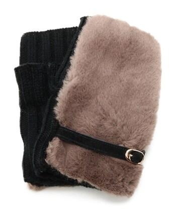 カジュアルになりがちなフィンガーレス手袋も、ファー素材×くすみカラーを選べばエレガントさがアップ。黒のベルトとニット素材を合わせたデザインは大人な印象を与えてくれます。