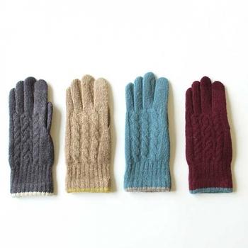 一見すると普通の手袋ですが、実はスマホ対応。指先に電導糸が使われているので手袋をつけたままタッチパネルを操作できます。指先までしっかり温められるので、冷え症の方にうれしいデザインですね。