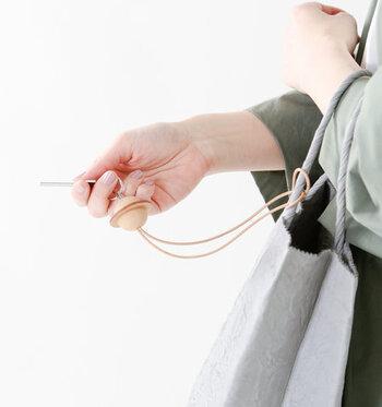 鍵やパスケースなどが装着できる、最長34cmまで伸ばすことができる伸縮リール付きで、バッグやベルトなどにストラップ部分を通して取り付けられるので、とても便利。