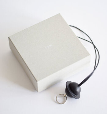 ぬくもりある牛革のオシャレなキーストラップは、オリジナルのボックス付きなので、プレゼントにもおすすめです。