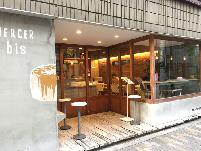 東京メトロ日比谷線「恵比寿駅」から徒歩7分、シフォンケーキの絵が目印のカフェです。大きな窓から店内が見え、入りやすい雰囲気ですね。