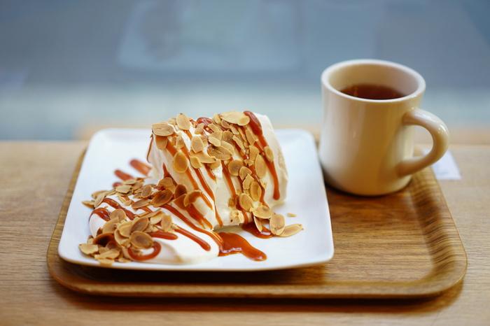 人気メニューはキャラメルシフォンケーキ。たっぷりの生クリームとキャラメルソースがかかった、贅沢な味わいです。シフォンケーキのふわふわ食感も絶品!