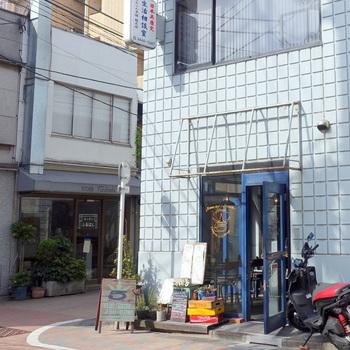 広尾駅から徒歩3分の「ジェイドファイブ」。タイルのような見た目とブルーのドアが爽やかですね。