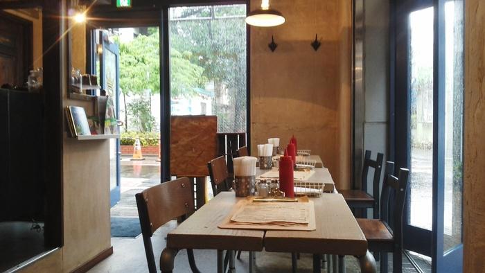 店内は木のぬくもりがあり、落ち着ける雰囲気。家族や友達とのランチやお茶に利用しやすいカフェです。